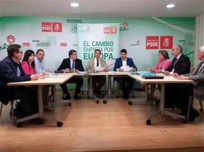 PSOE officials together with representatives of the AUAN property rights association (right of picture) during last week's meeting