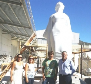 The mayor, deputy mayor and social services councillor visit the workshop of sculptor Roberto Manzano (centre) to see the new 'Libertad' statue in progress