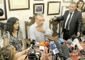Ashya King's parents Brett (centre) and Naghmeh (left) at a press conference on Wednesday in their lawyer's offices in Seville before leaving for Málaga to be reunited with Ashya and their family (Photo: EFE)