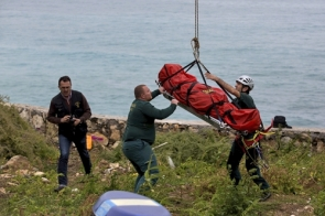 Guardia Civil officers recovering the body of the victim (Photo: EFE)