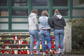 A memorial to 16 secondary school students and two teachers who had been on an exchange programme from Germany to a Barcelona school and were returning home on the GermanWings flight (Photo: EFE)