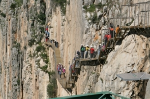 Visitors walking along the Caminito, pegged high on the walls of the Los Gaitanos gorge (Photo: CDSN)