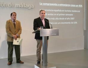 Diputación president Elias Bendodo (at lecturn) presented the figures alongside Association of Builders and Developers president José Prado