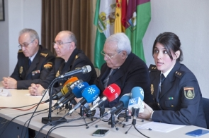 National Police chief inspector Mercedes Pérez with officials at Tuesday's press conference to announce the arrests (Photo: EFE)