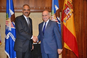 Interior minister Jorge Fernández Díaz (right) with US attorney general Eric H. Holder