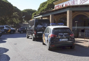 Police vehicles outside the scene of the shooting (Photo: EFE)