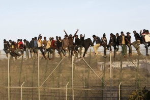 Immigrants attempting to cross the border in Melilla, one of Spain's two north African enclaves (Photo: EPA)