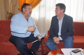Alhaurín mayor Joaquín Villanova (left) with Málaga Castastro chief Francisco Pérez-Vivar