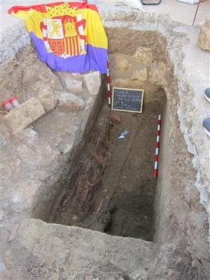 One of the two exhumed graves mistakenly draped with a Republican flag (Photo: EFE)