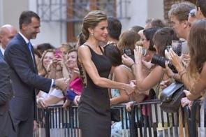 Felipe and Letizia greeting onlookers during their visit to Málaga (Photo: EPA)