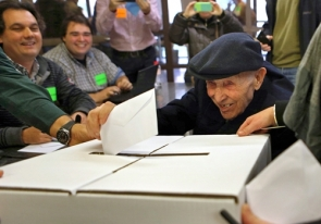 A man, 93, depositing his vote in Sunday's 'informal consultation' on independence (Photo: EFE)