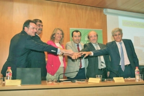 It's a deal - Mayor Angela Muñoz with representatives rom the Junta and the car park company