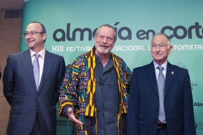Terry Gilliam at Tuesday's gala, flanked by Almería city's mayor Luis Rogelio and Diputación president Gabriel Amat