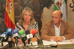 Mayor Ángeles Muñoz and taxes councillor Carlos Rubio announcing the IBI cut