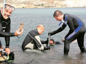 CSIC scientests collect samples in the sea