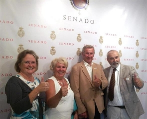 Thumbs up (from left to right) AUAN president Maura Hillen, Helen and Len Prior, and AUAN lawyer Gerardo Váquez